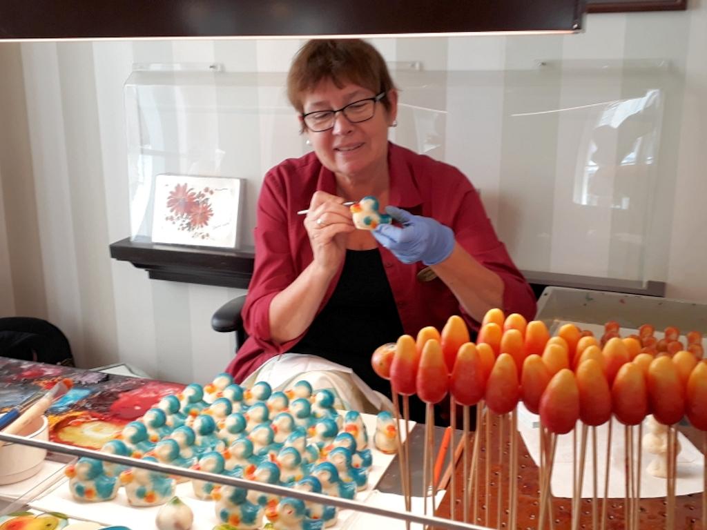 Marzipanverziererin in Tallins ältestem Café