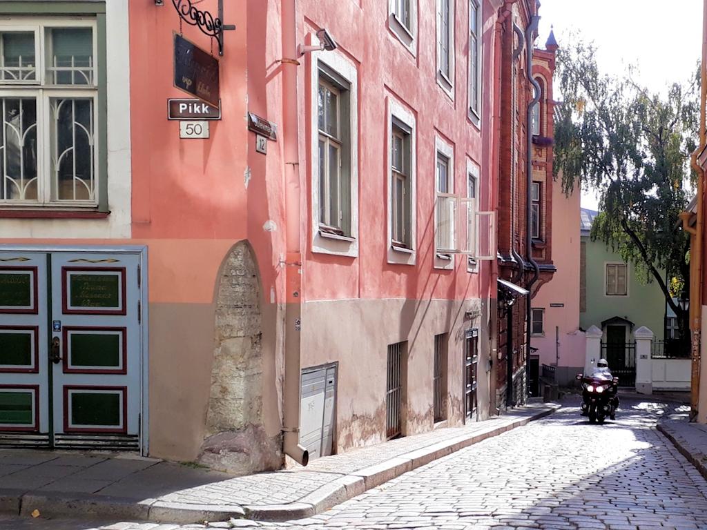 Altstadtgasse mit Kopfsteinpflaster in Tallin