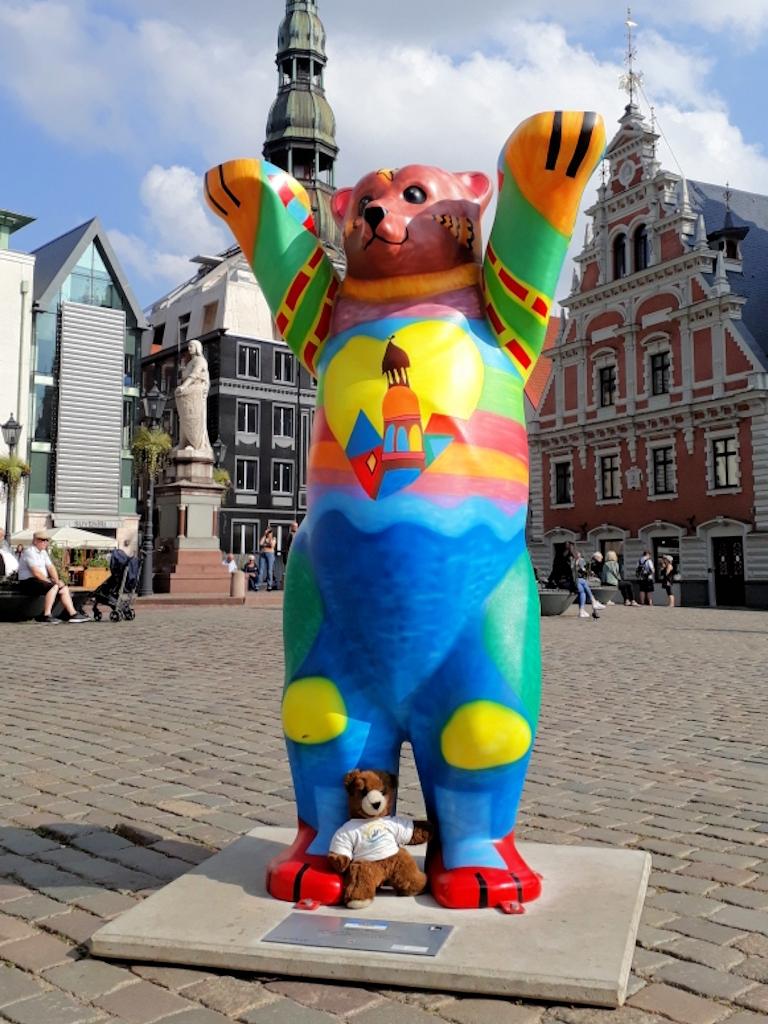 Bärentreffen auf dem Rathausplatz vor Petrikirche und Schwarzhäupterhaus