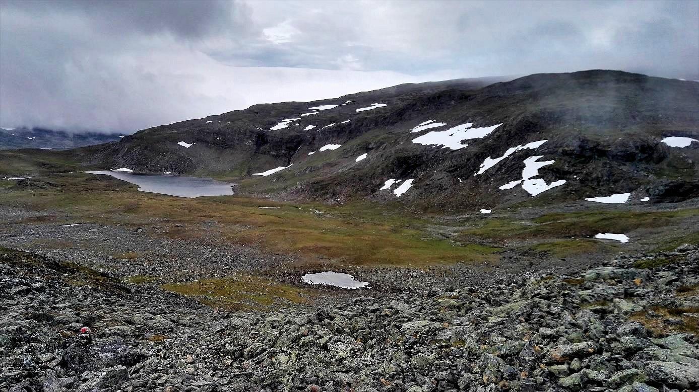 Mondlandschaft mit Steinen auf dem Nordkalottleden