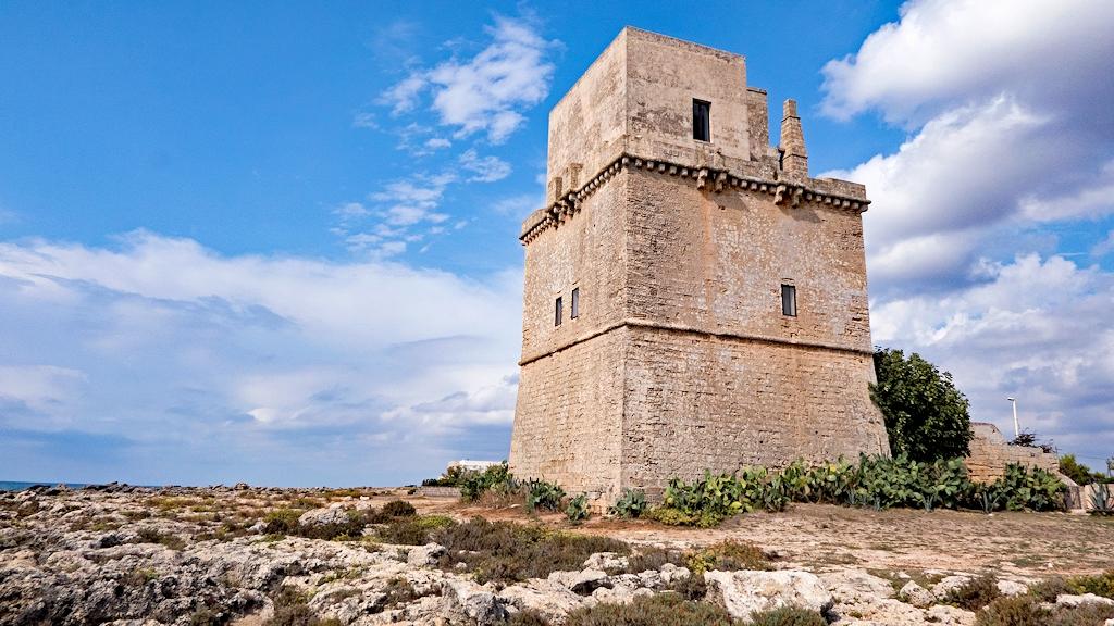 Einer der zahlreichen Sarazenentürme an der Küste von Apulien