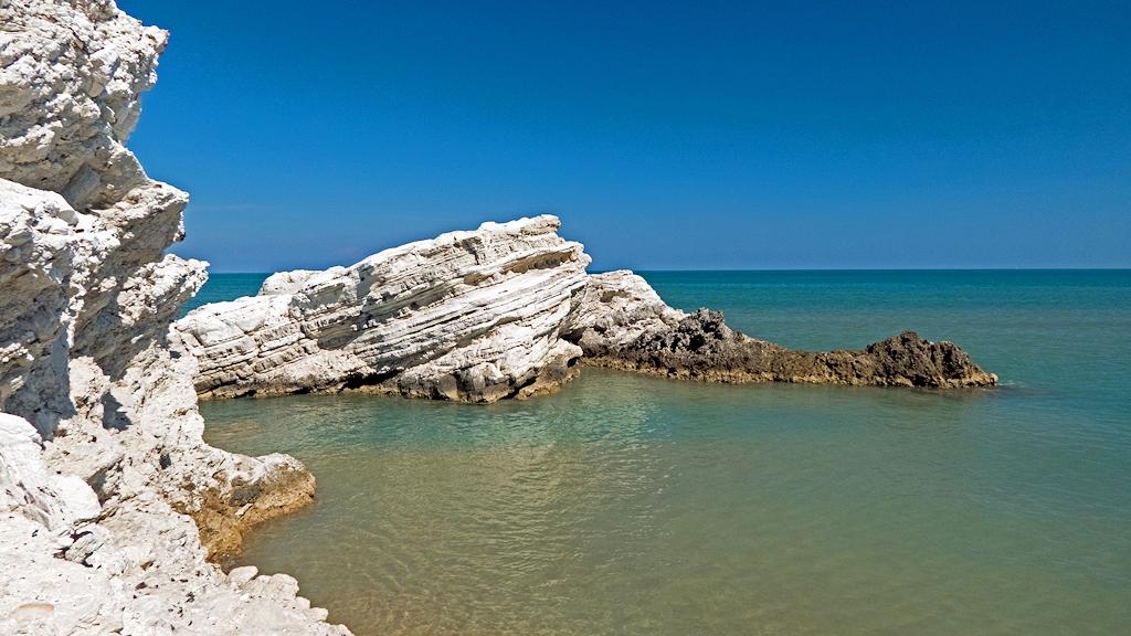 Apulien im Herbst - Felsenbucht bei Vieste