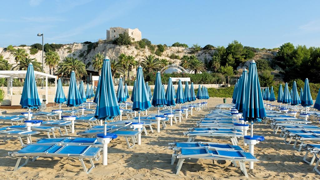 Saisonende an einem Strand von Vieste in Apulien