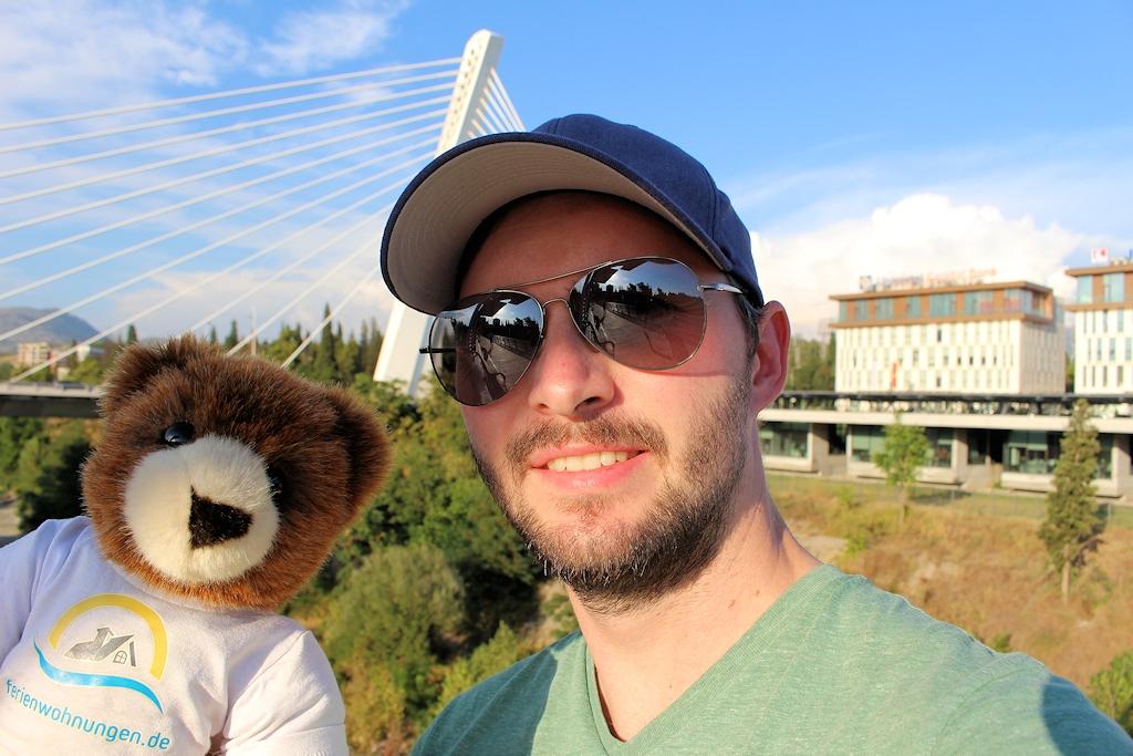 Montenegro - Chris und Urlaubär vor der Millennium-Brücke in Podgorica