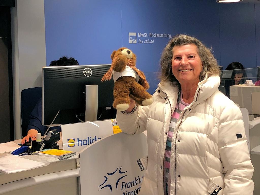 Barbara und der Urlaubär am Flughafen Frankfurt