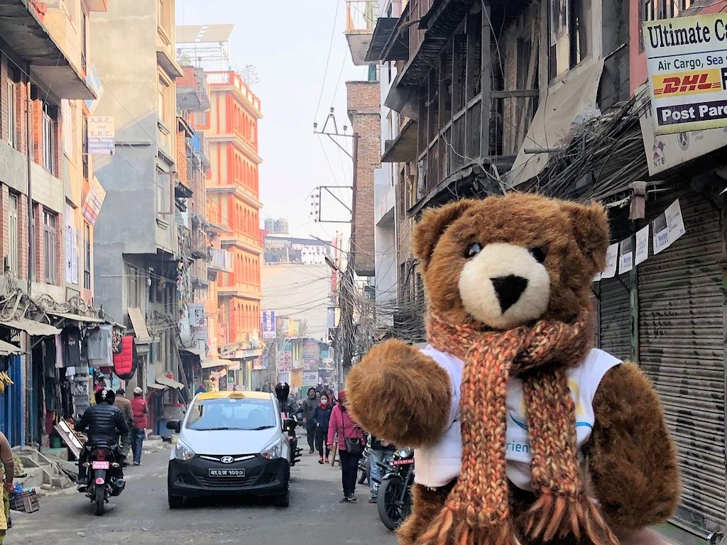 Der Urlaubär in den Straßen von Kathmandu