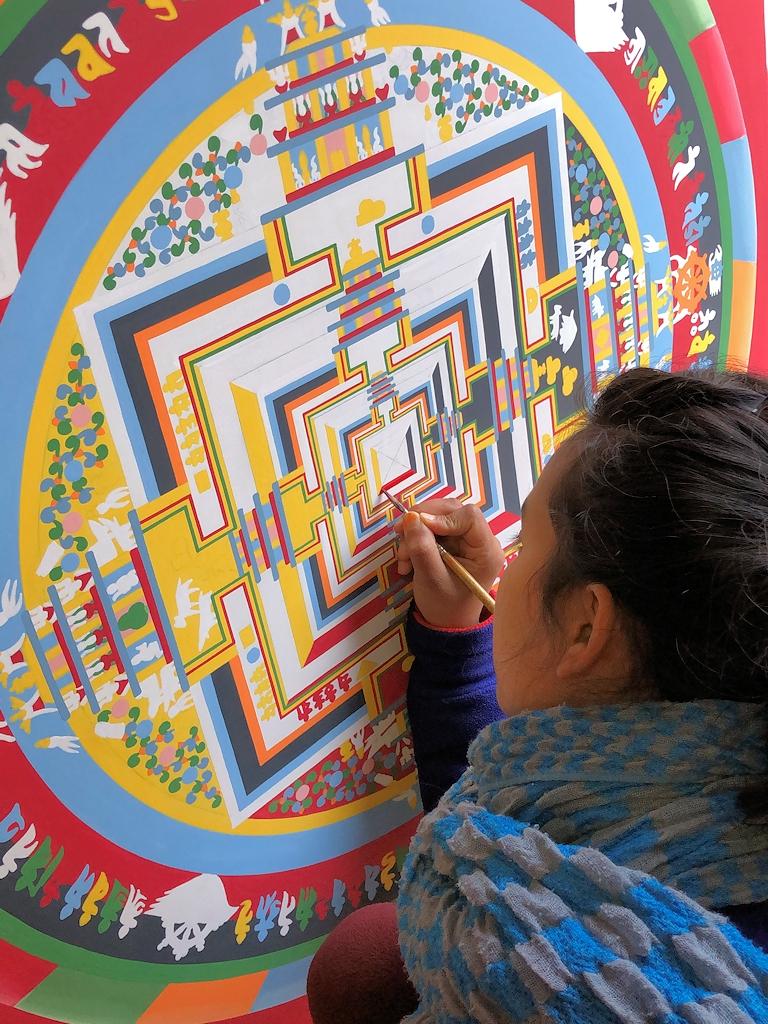 Mandala-Malerin am Tempel