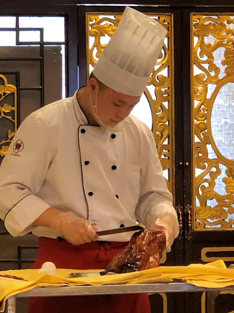 Eine Pekingente wird zubereitet