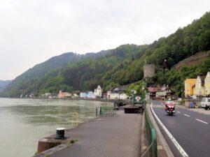 Thomas auf seinem Bike vor Sarmingstein an der Donau