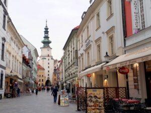 Altstadtgasse in Bratislava mit Turm