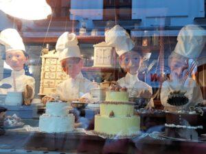Torten mit Dekoration in Konditorei
