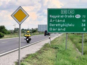 Exsozia vor ungarischem Straßenschild