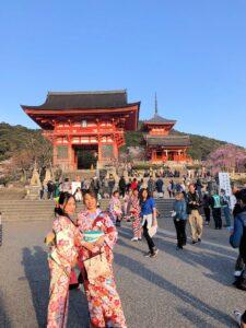 Frauen in farbenprächtigen Kimonos