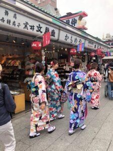 Japanerinnen in bunten Kimonos