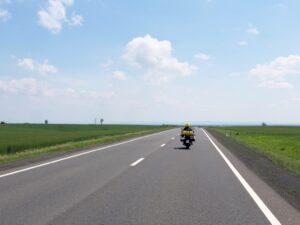 Ulla auf einer Landstraße durch die Puszta