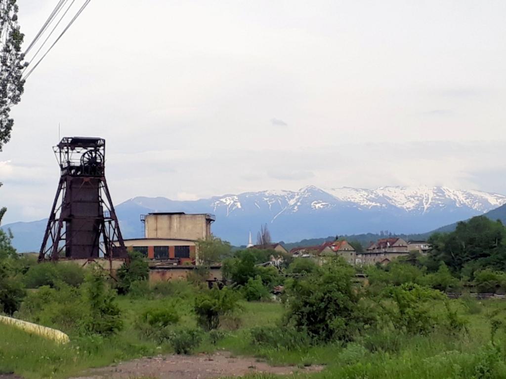 Rumänien - Schneeberge der Karpaten mit Förderturm bei Sibiu