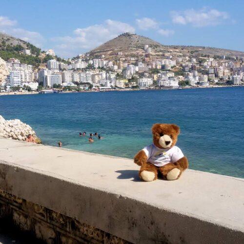 Der Urlaubär in der albanischen Hafenstadt Saranda