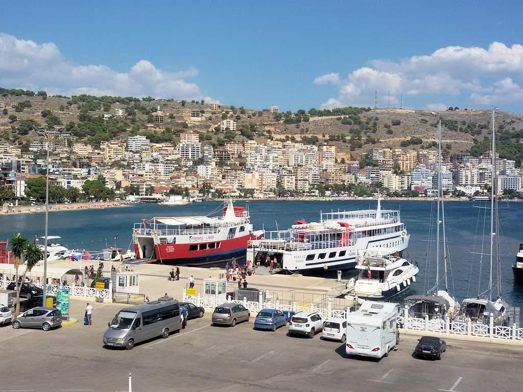 Albanien - Die Fähren nach Korfu im Hafen von Saranda
