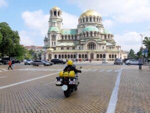 Ulla vor der Aleksander-Nevski-Kathedrale