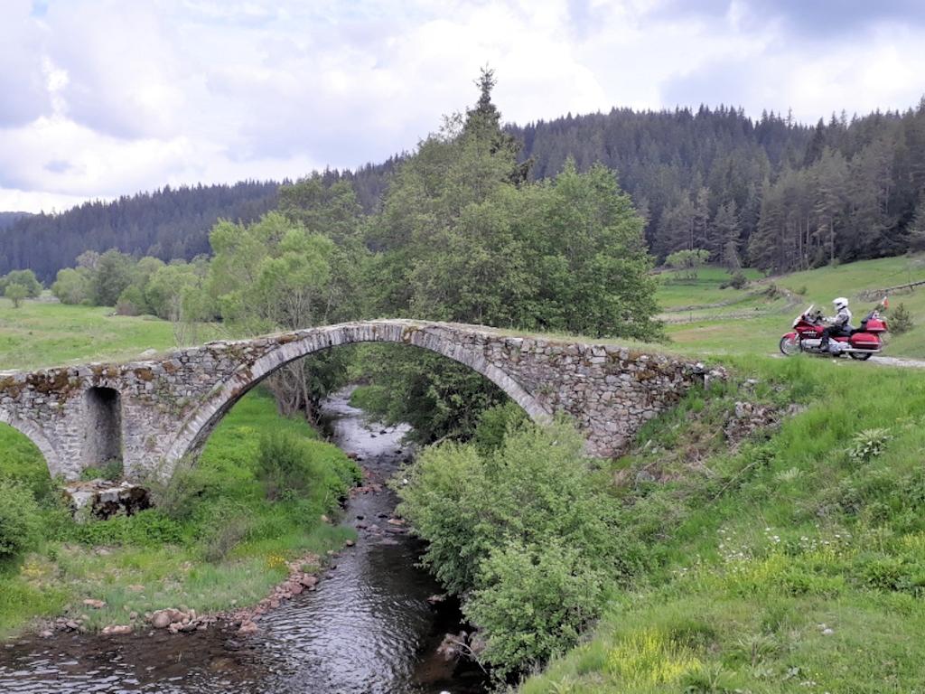 Thomas vor Steinbrücke im Hochtal Mursalica