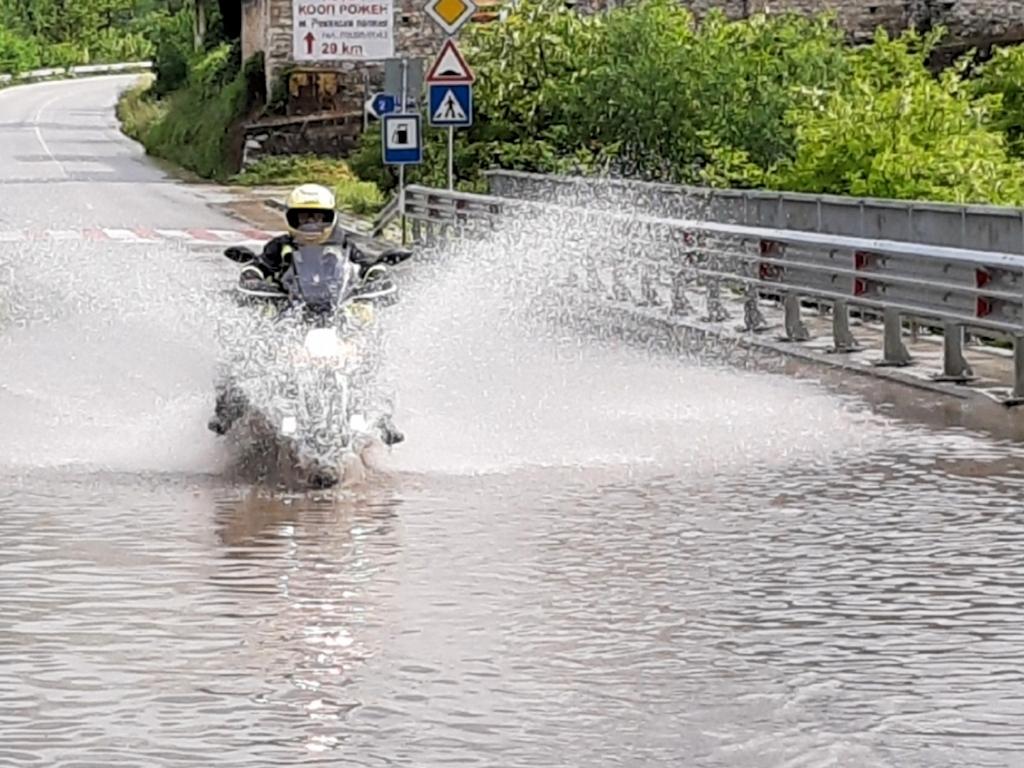 Bulgarien - Ulla bei einer Wasserdurchfahrt