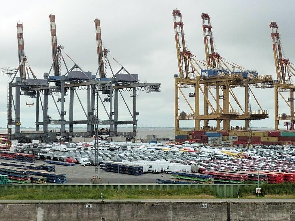 Neuwagen im Hafen von Bremerhaven