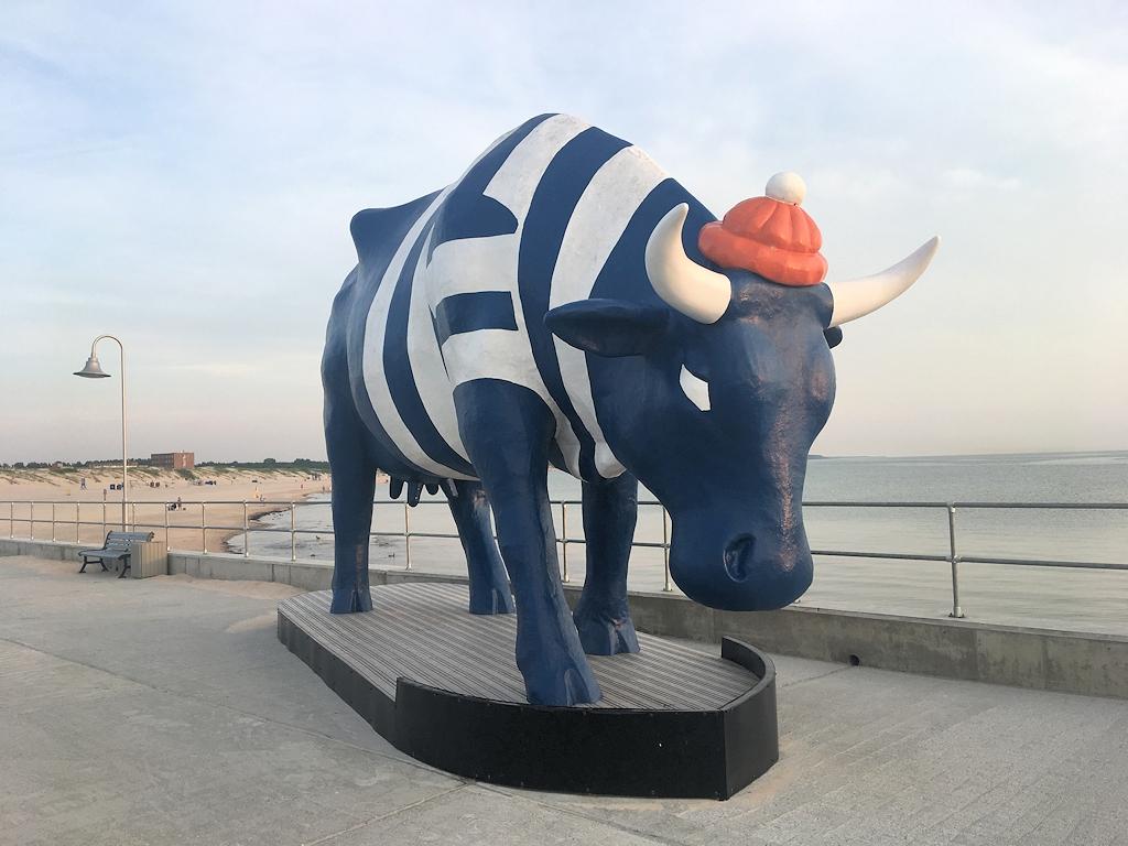 Kuh des Kunstprojekts Cow Parade am Strand von Ventspils