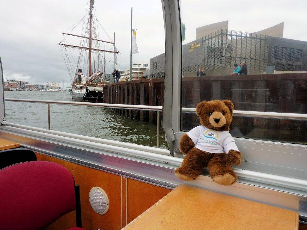 Urlaubär auf Hafenrundfahrt in Bremerhaven