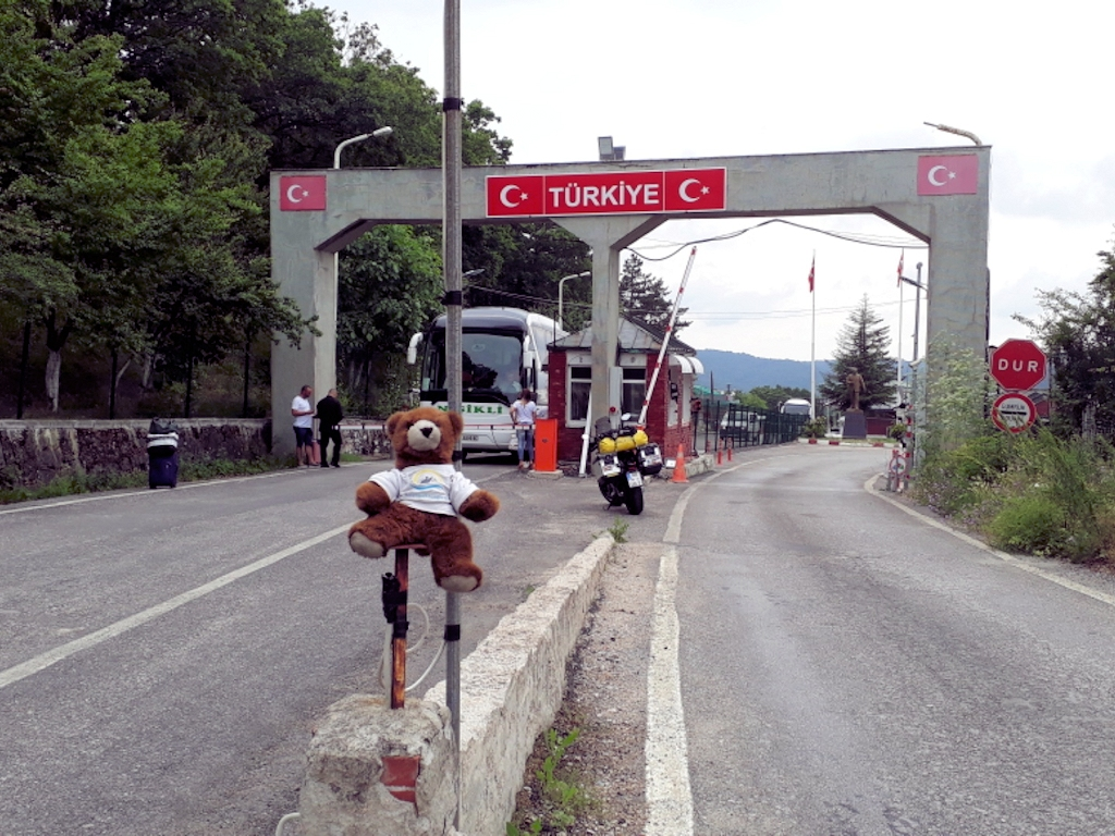 Der Urlaubär an der Grenze bei Tarnovo