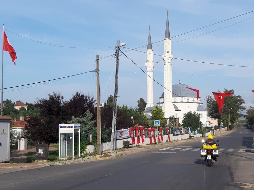Ulla auf Dorfstraße mit Moschee