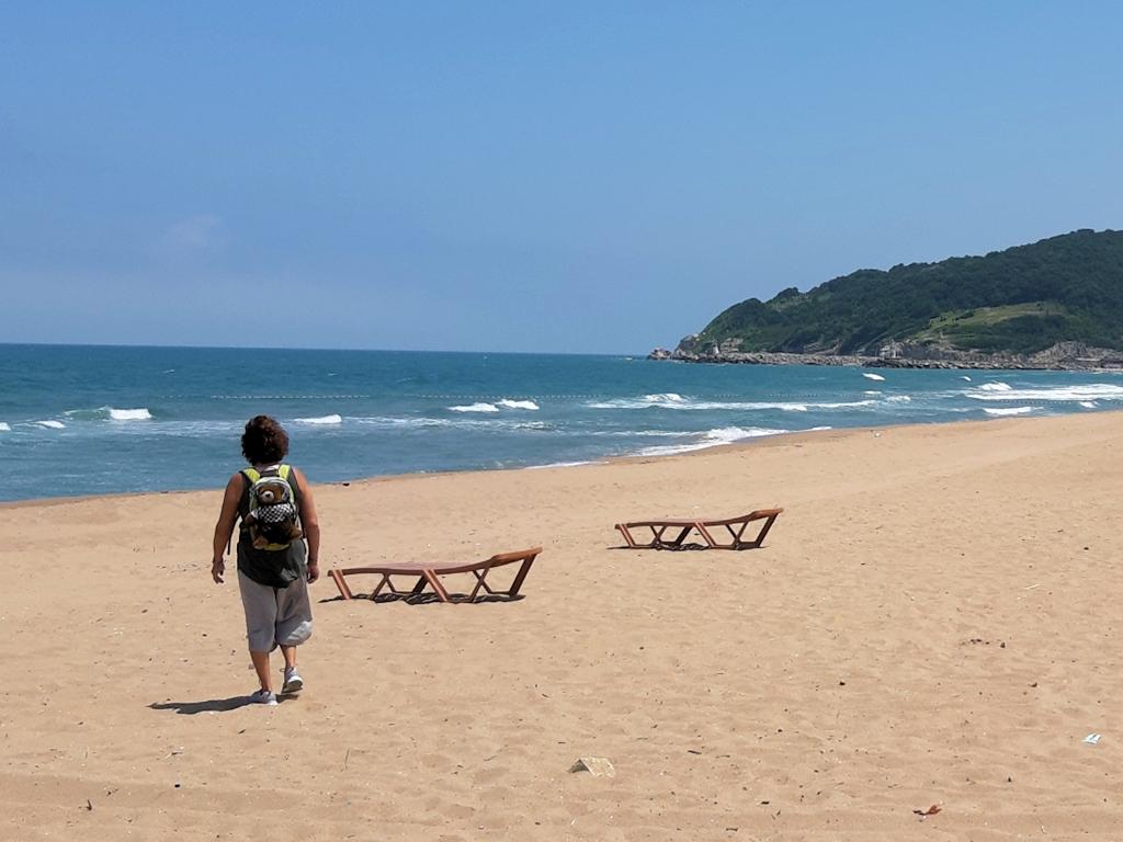Ulla mit Urlaubär beim Spaziergang am Schwarzen Meer