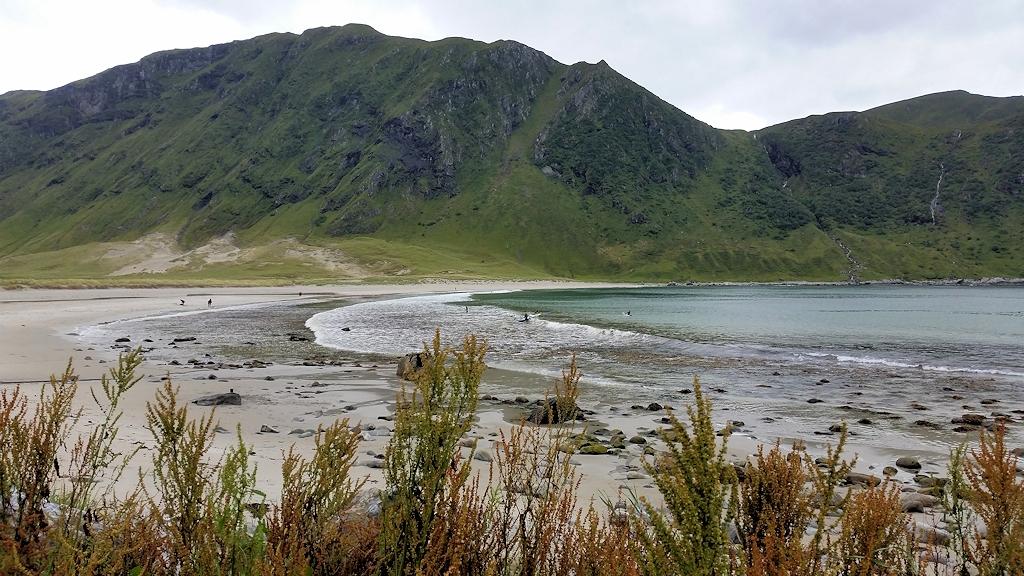 Wellenreiter am Strand von Hoddevik