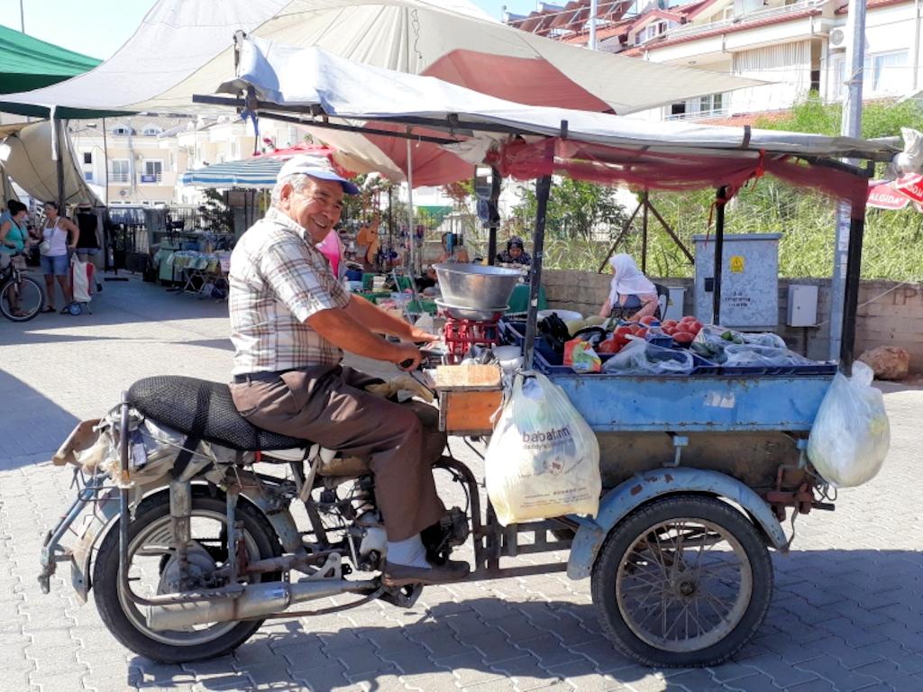 Kleinbauer mit Eigenkonstruktion auf Markt in Fethiye