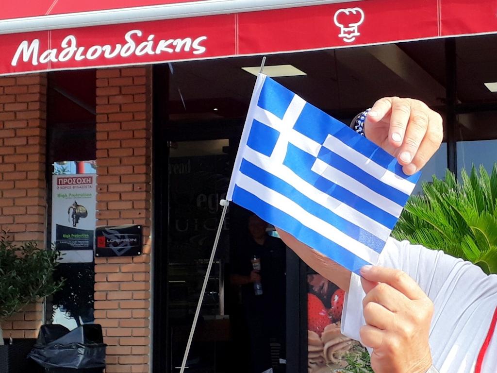 Thomas hisst die griechische Flagge