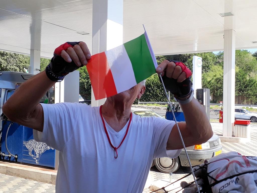Thomas hisst die italienische Flagge