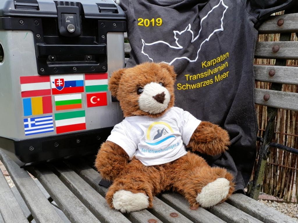 Urlaubär vor Ullas Seitenkoffer und Tour-Shirt