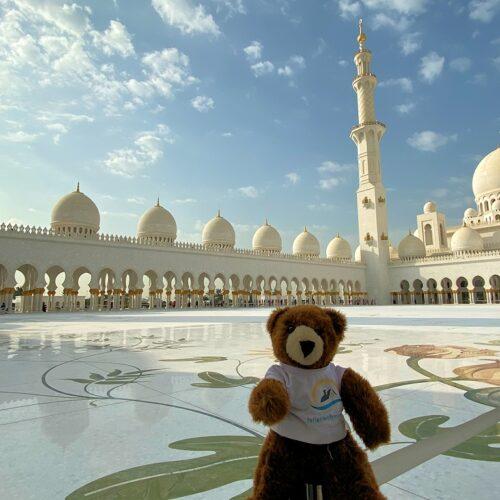 Der Urlaubär vor der Scheich-Zayid-Moschee