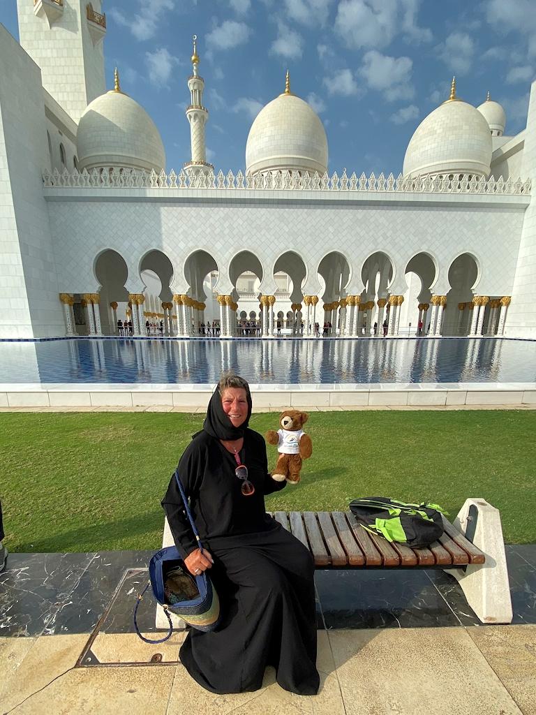 Mit dem Urlaubär vor der Scheich-Zayid-Moschee