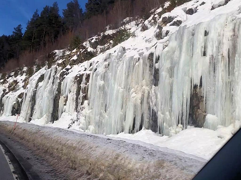 Gefrorene Wasserfälle am Straßenrand