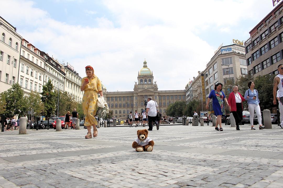 Prag: Urlaubär vor dem Nationalmuseum
