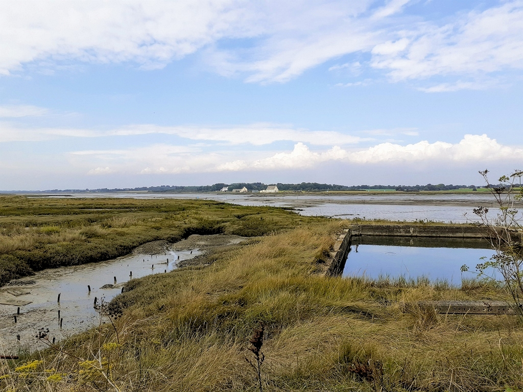 Pen Cadenic, mit Blick auf den Rivière de Sarzeau, im Vordergrund: ein altes Austernbecken